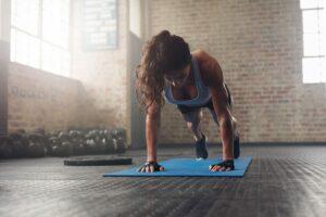 Cvičenie na fitness podložke doma