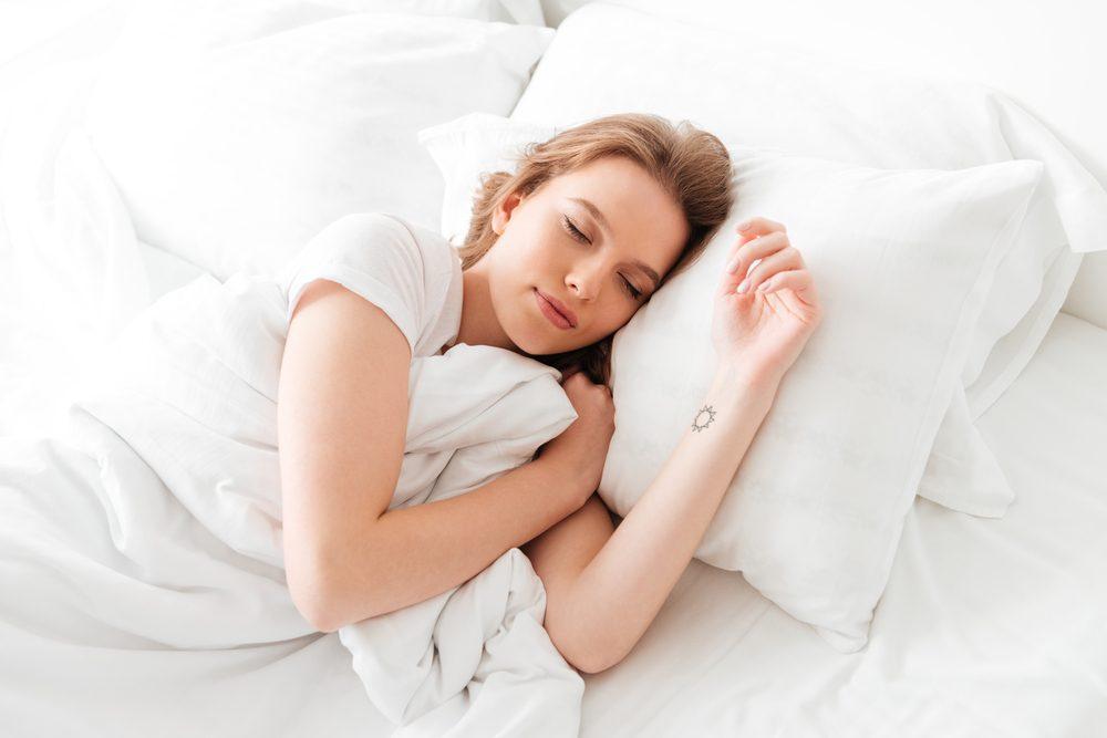 ženy spí na matraci