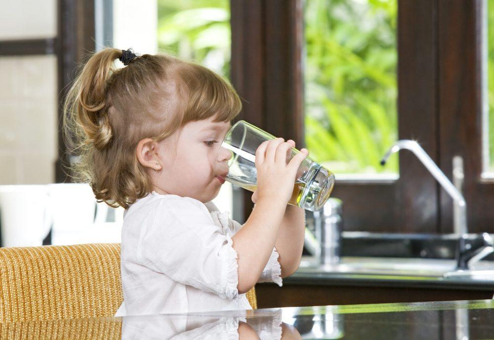 dieťa pije vodu