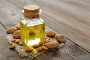 Mandľový olej s mandľami