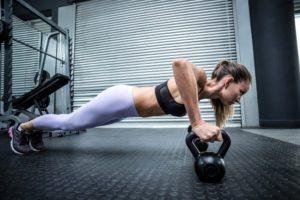 Kettlebell je vhodný aj pre ženy na cvičenie klikov
