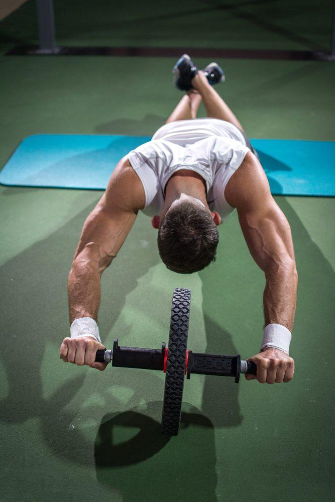 Cvičenie na AB rolleri vám zabezpečí vyrysované brucho