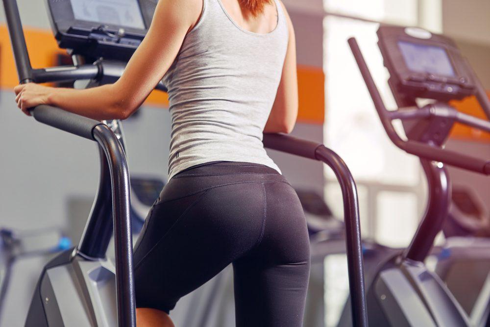 Fitness schody na spevnenie sedacích svalov a dolných končatín