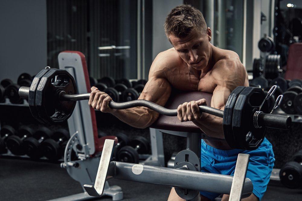 Scottová lavica pre posilňovanie bicepsov
