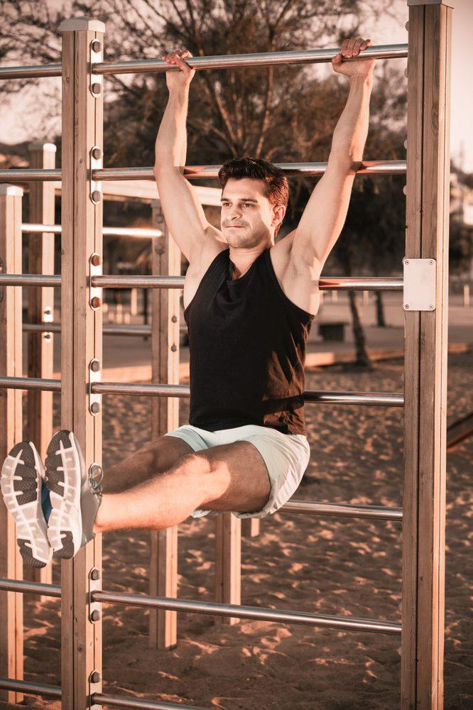 Na rebrinách môžete cvičiť aj brucho