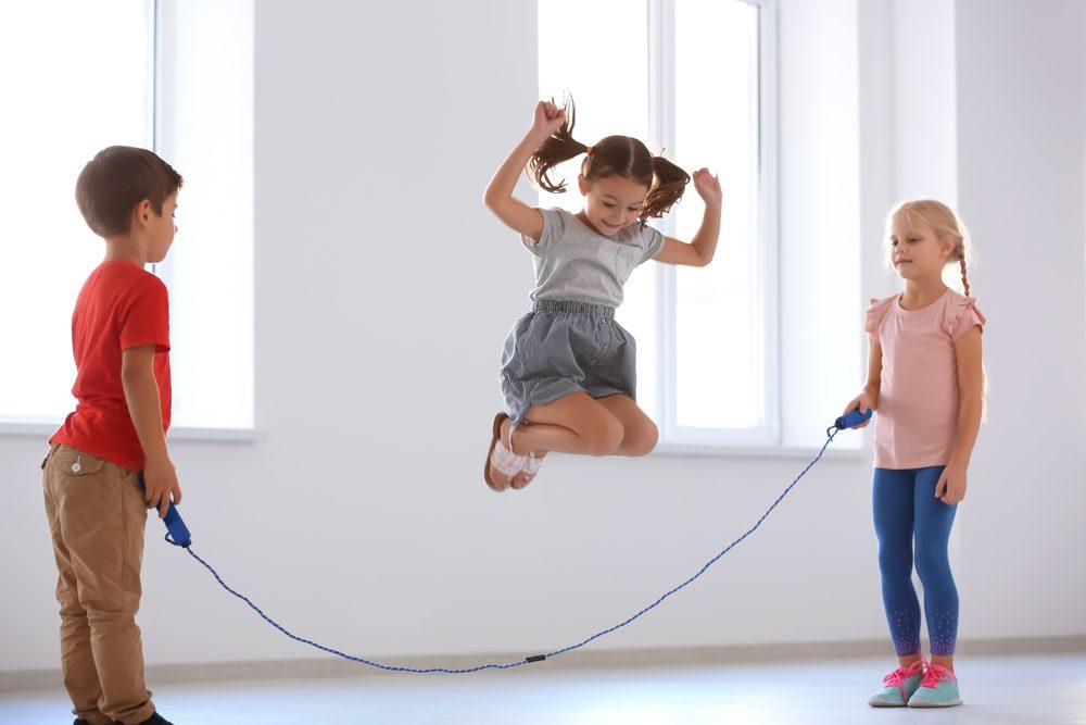 Deti milujú skákanie na švihadle