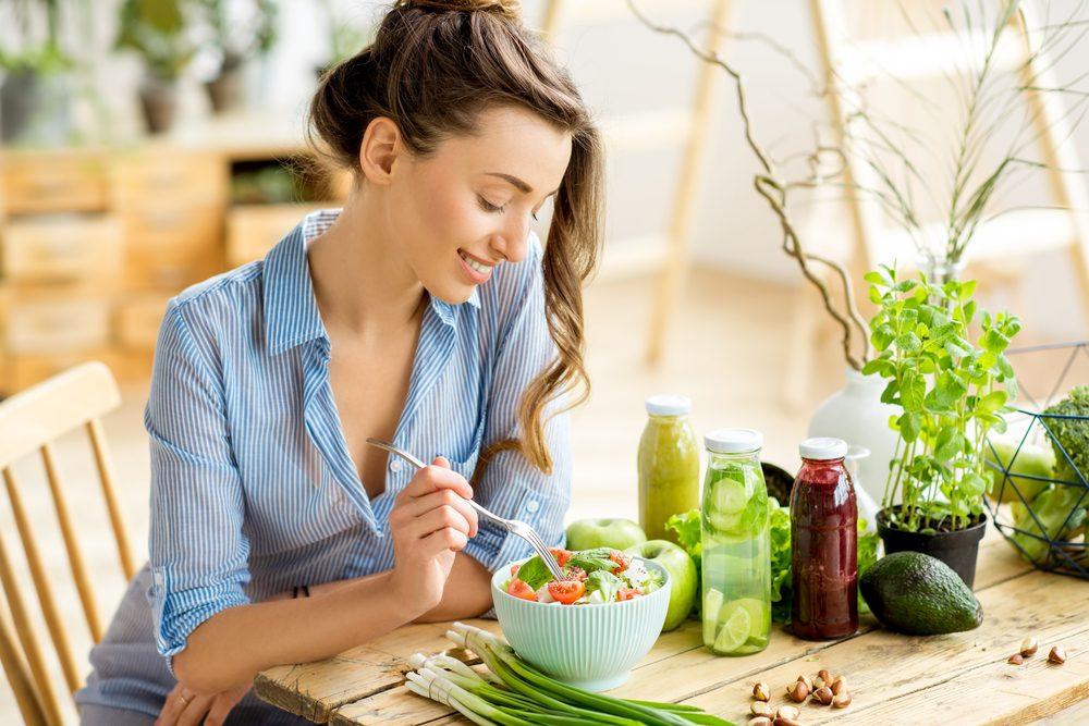 Žena drží Mačingovej diétu a je zeleninu