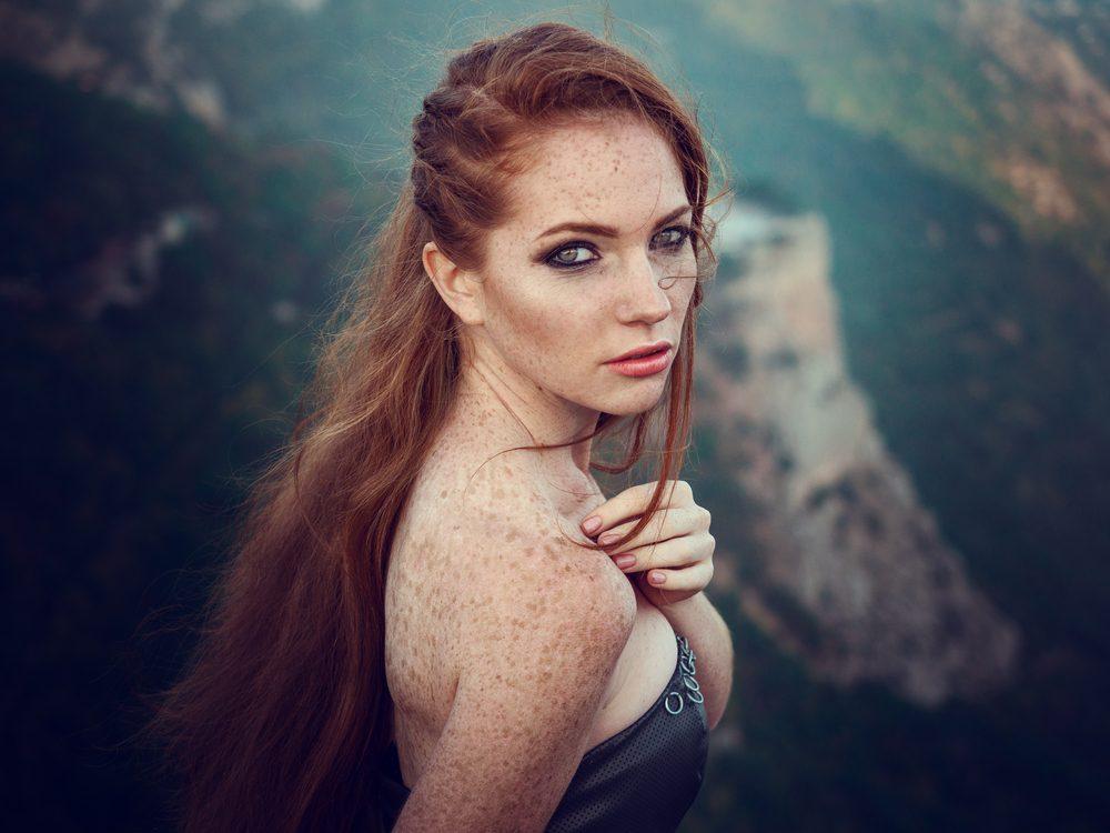 Parfumovaná voda Chanel Gabrielle vyzdvihuje svoju odvážnu nositeľku medzi nadpozemské bytosti s dokonalým pôvabom.
