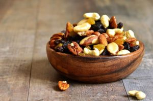 miska s orieškami a sušeným ovocím
