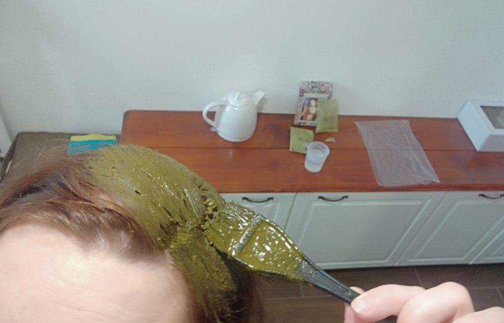 Nanášanie henny na vlasy