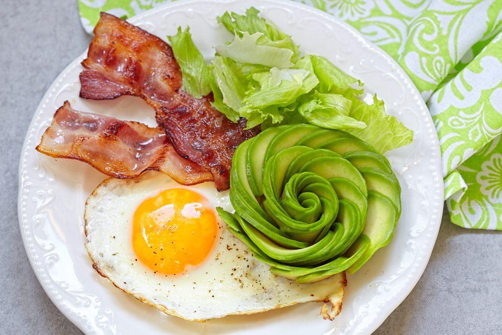 slanina, vajce, šalát, avokádo - strava pri sacharidových vlnách