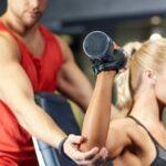 Najlepšie cviky na ramená s vlastnou váhou aj s činkami, ktoré môžete robiť doma + ROZHOVOR