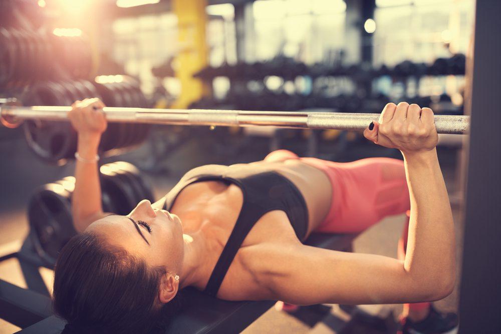 Cviky na hrudník - žena cvičí bench press