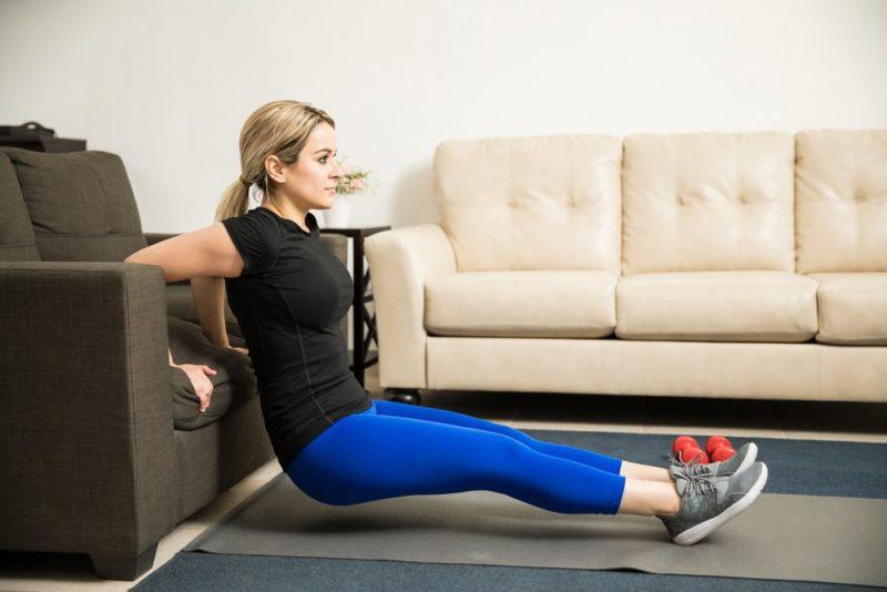 žena cvičí triceps doma