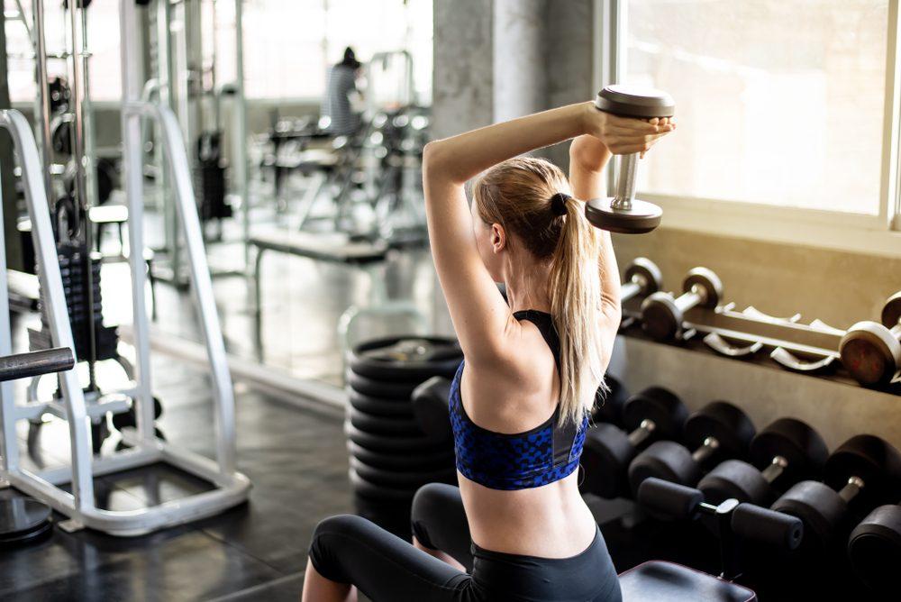 žena cvičí triceps s činkou