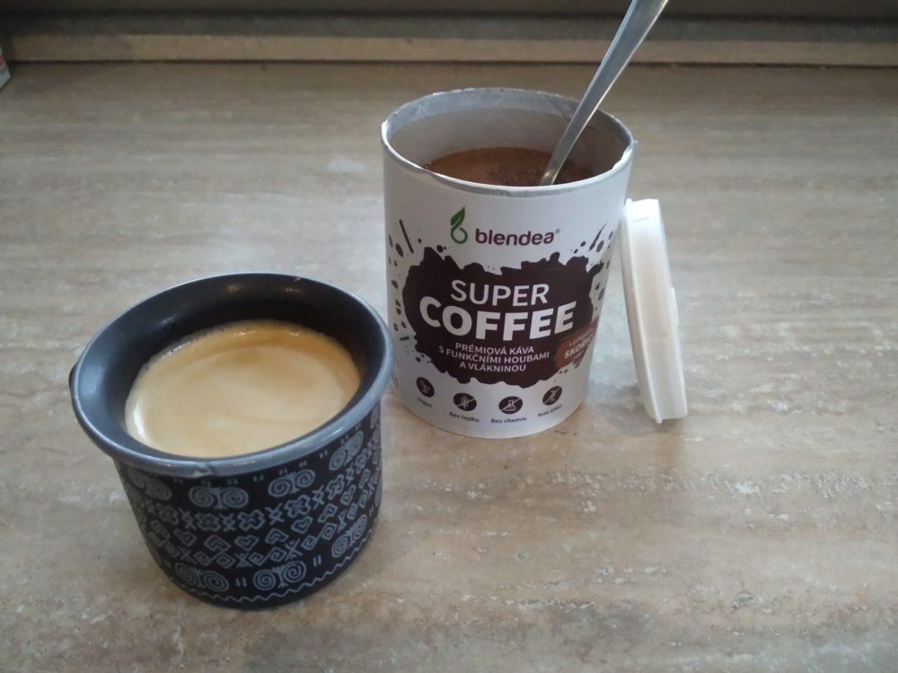 Balenie Blendea SUPERCOFFEE a káva v šálke