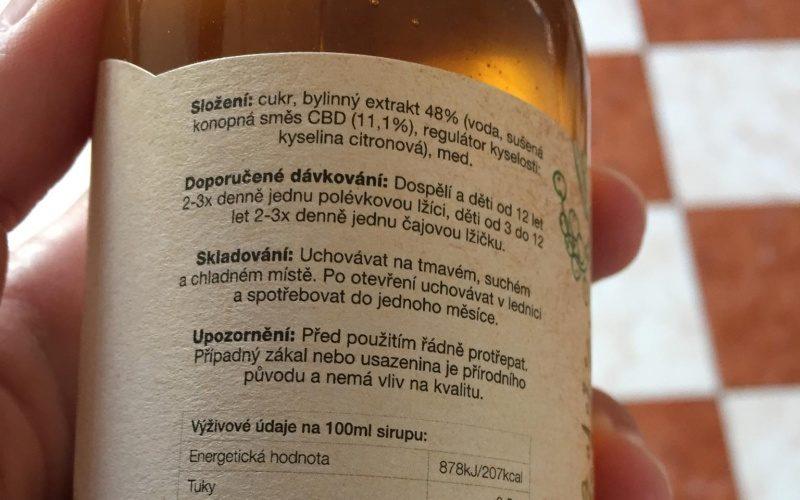 Fľaška s konopným elixírom a jeho etiketa