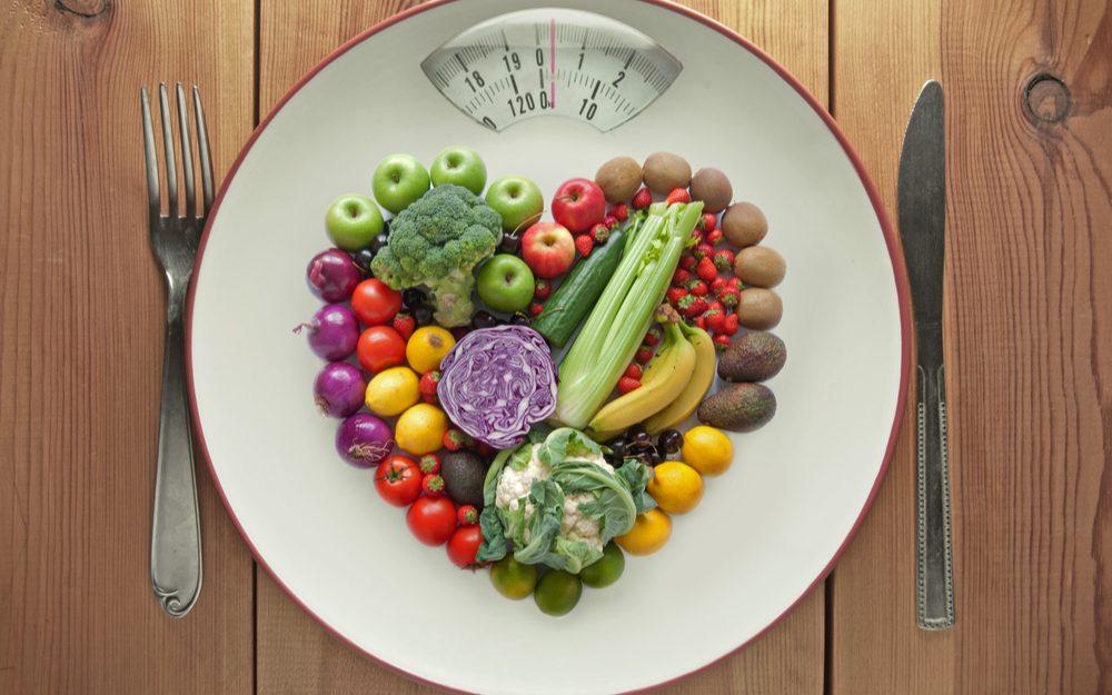 Zelenina a ovocie na tanieri predstavujú rovnováhu a bazálny metabolizmus.