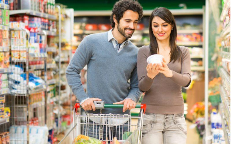 mladý pár sleduje kalorickú hodnotu zdravých potravín v obchode