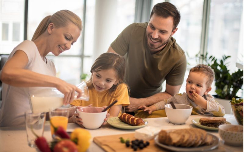 rodina pri zdravých raňajkách podľa kalorickej tabuľky