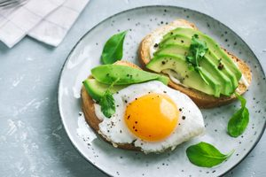 chlieb s vajíčkom a plátkami avokáda