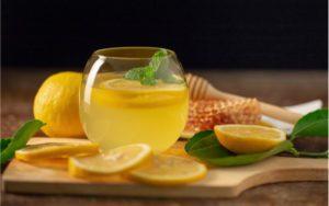 citrónový nápoj z citróna a medu v pohári