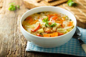 diétna kapustová polievka v miske
