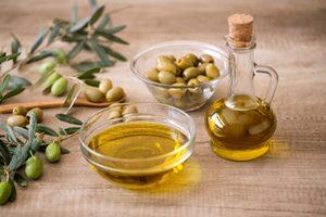 olivový olej v miske a vo fľaši, olivy v miske