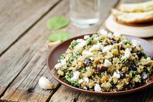 tanier so šalátom z quinoy a feta syru