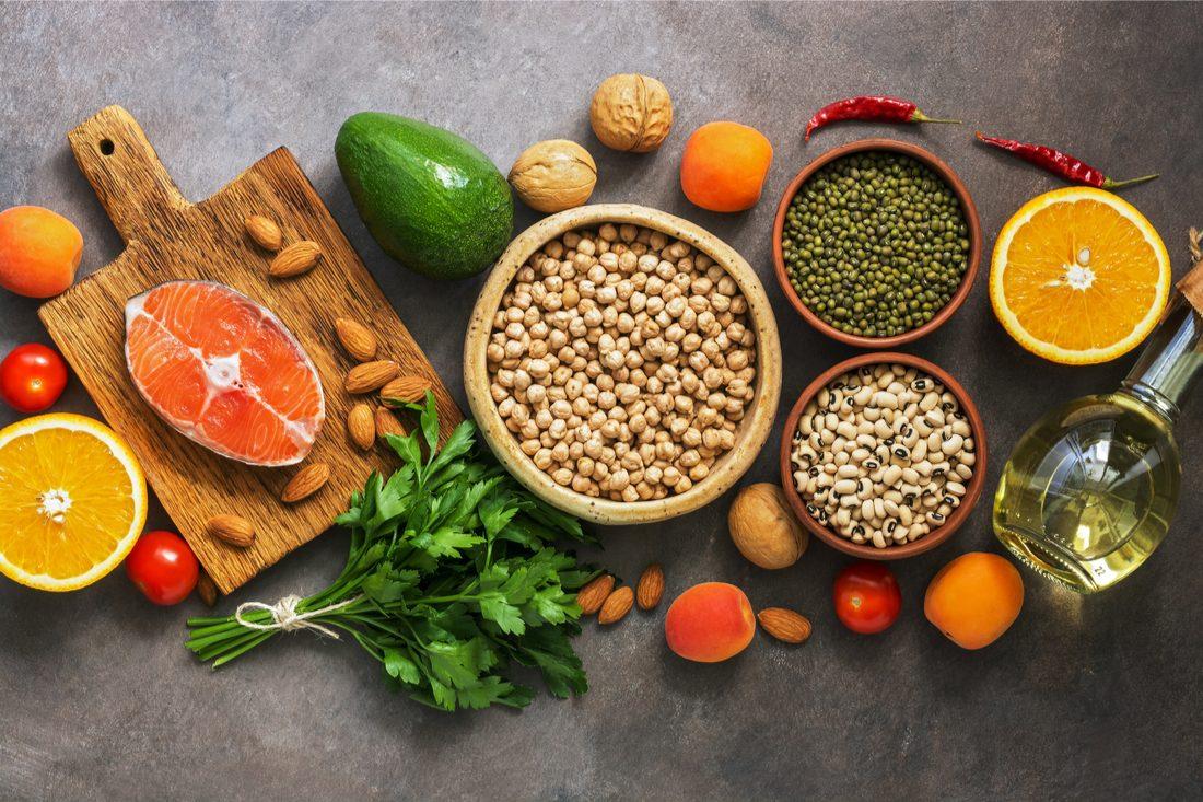 zátišie so zdravou stravou pri vysokom cholesterole - losos, avokádo, strukoviny, ovocie