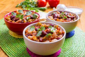 zeleninovo-fazuľové čili v miskách
