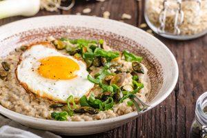 slaná raňajková kaša s vajíčkom v hlbokom tanieri