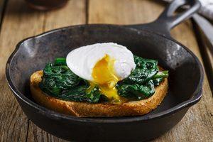 toast so špenátom a vajíčkom na liatinovej panvici