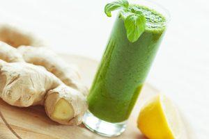 zelené smoothie v pohári, čerstvý zázvor a citrón
