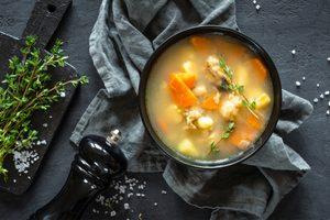zemiakovo tymiánová polievka v miske na tmavom pozadí