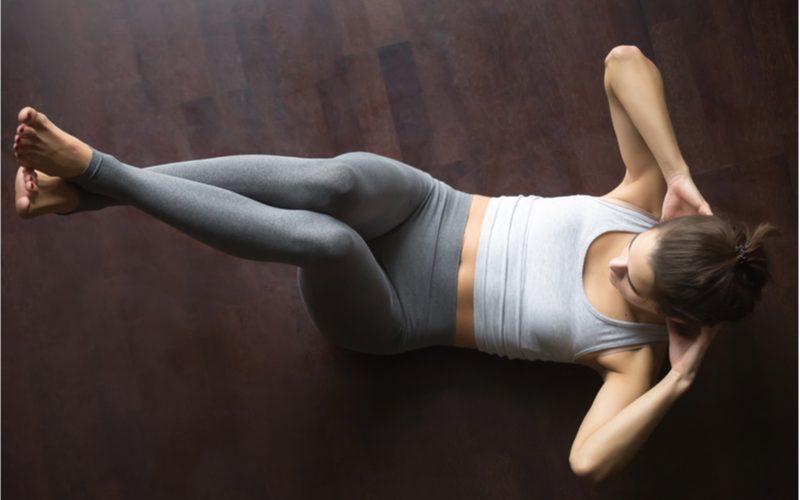 žena cvičiaca ľah-sedy na chudnutie z brucha