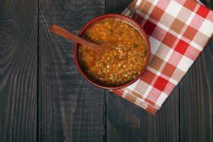 červená šošovicová polievka v miske na drevenom stole