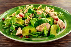 poľníčkový šalát s avokádom a lososom na zelenom tanieri