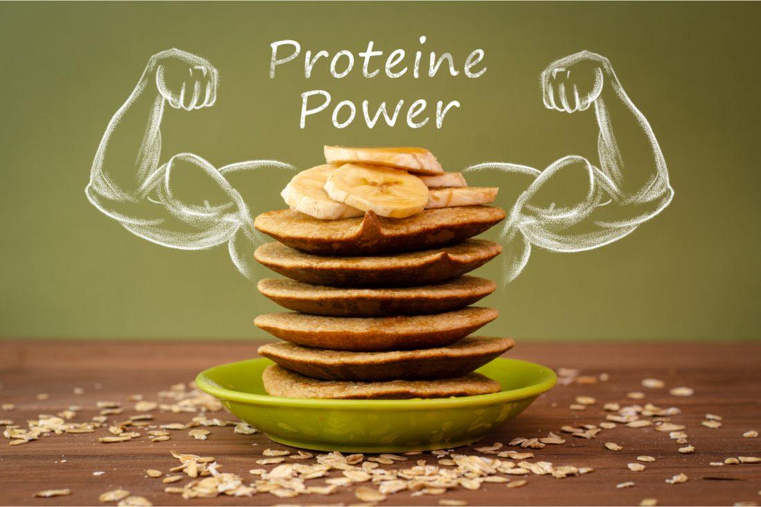 proteínové palacinky s banánom na zelenom pozadí