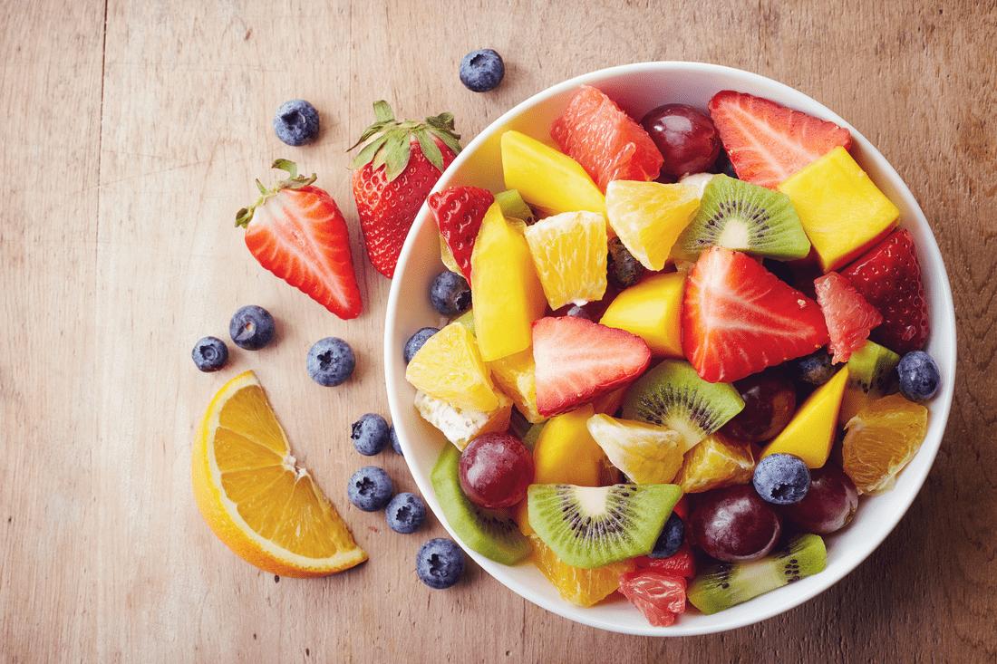 ovocný šalát z rôznych druhov ovocia v bielej miske