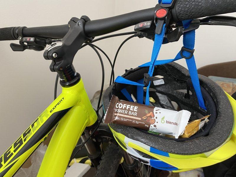 Tyčinky v cyklistickej prilbe na bicykli