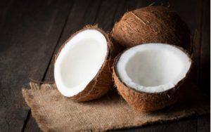 Rozpolený kokos a jeden celý kokos