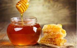 Med v pohári a medové pláty